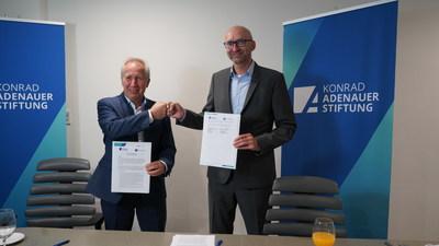 Bernd Rohde y Hans Blomeier en la firma del memorándum de entendimiento entre Hannover Fairs México y la Konrad-Adenauer-Stiftung.